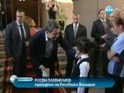 Дете подари влакче на президента със заръка да бъде внимателен