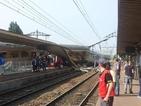 Влак дерайлира край Париж, жертвите са най-малко седем