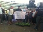 Протестиращи натрупаха камара от дини пред парламента