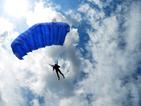Мъж скочи с парашут за 90-ия си рожден ден