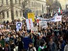 Част от протестиращите призовават към узурпиране на парламента