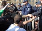 Група протестиращи опита да премина огражданията пред НС