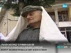 """""""Пълен абсурд"""": Пенсионер се издига като жив бюст-паметник"""