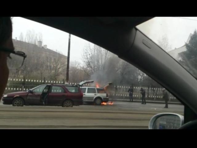 Кола горя пред Румънското послоство в София