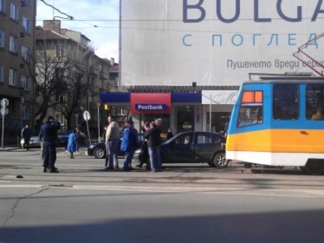 Трамвай удари кола