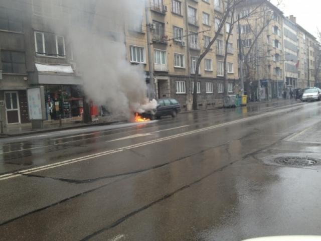 Кола гори в центъра на София
