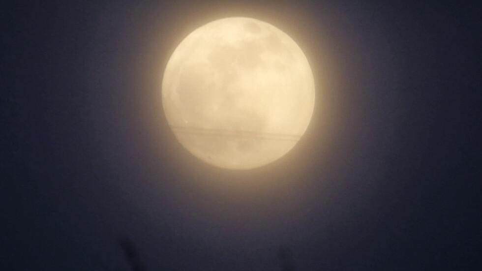 Кървавата луна през облаците над Разград