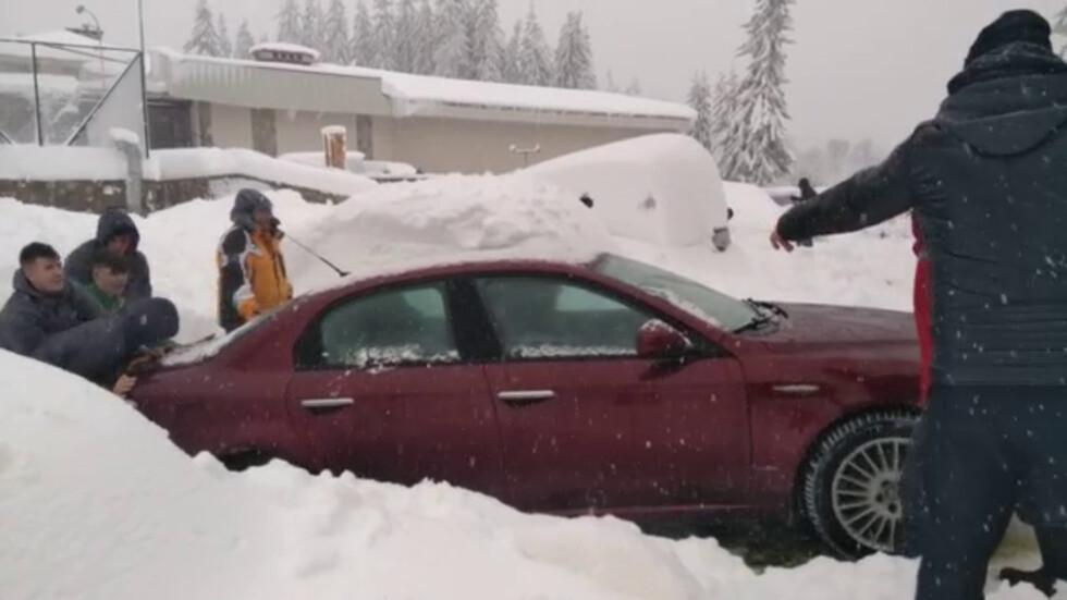 Блокирани от снега в Пампорово