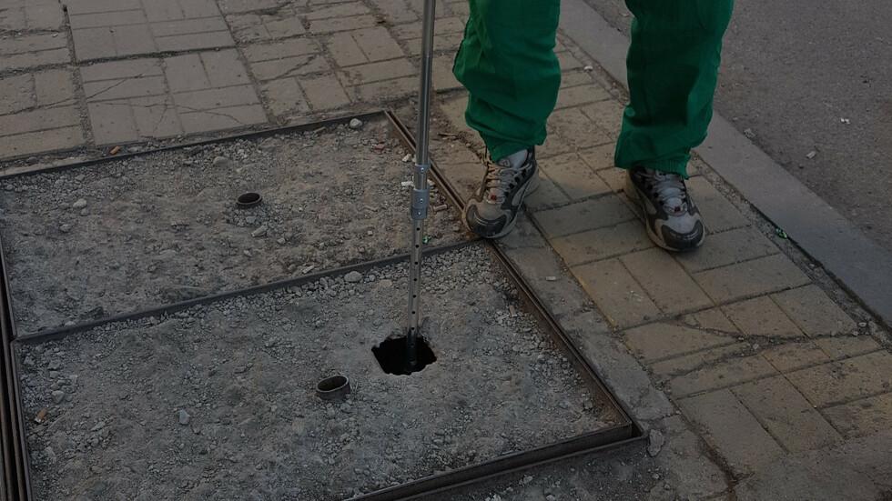 Дупка в шахта на тротоар