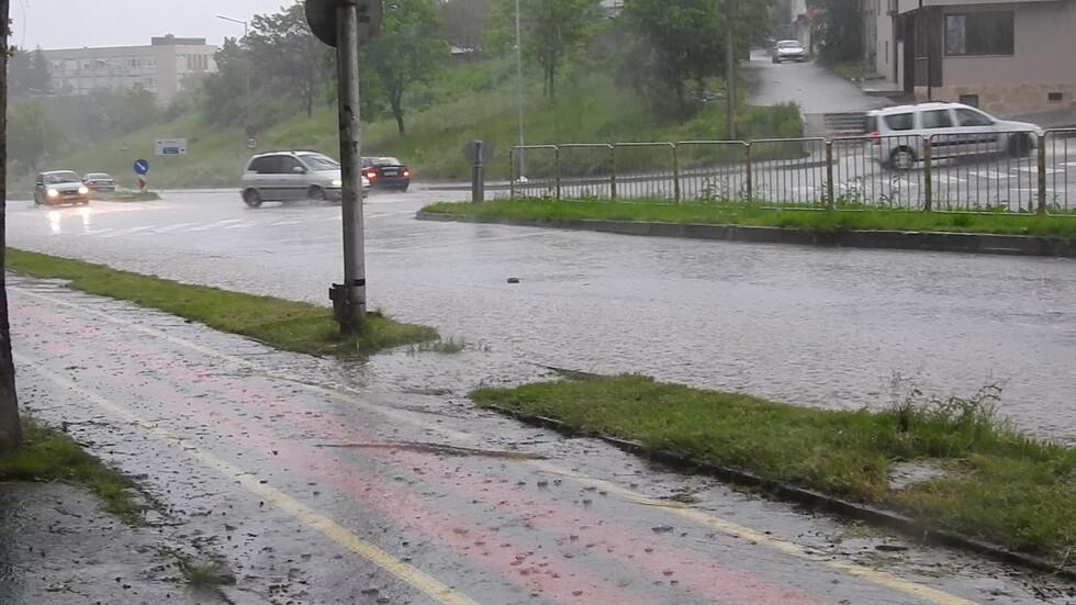 Пороен дъжд в Разград превърна улиците в реки!