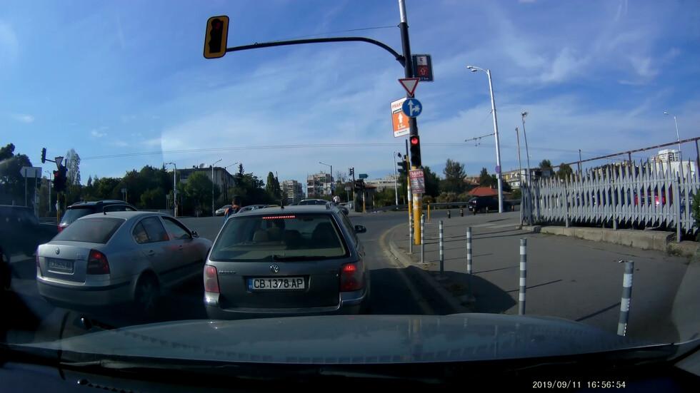 Велосипедист на червен светофар