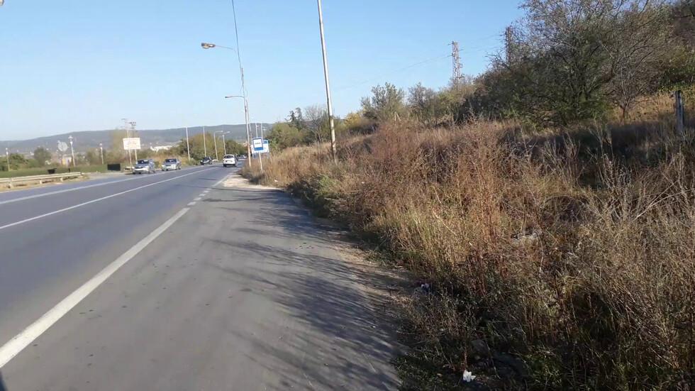 Опасно пресичане без пешеходна пътека в Аксаково