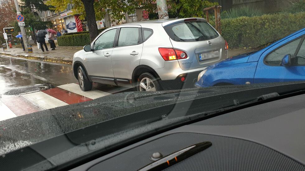 Спрял на пешеходна пътека пред ВМА в София