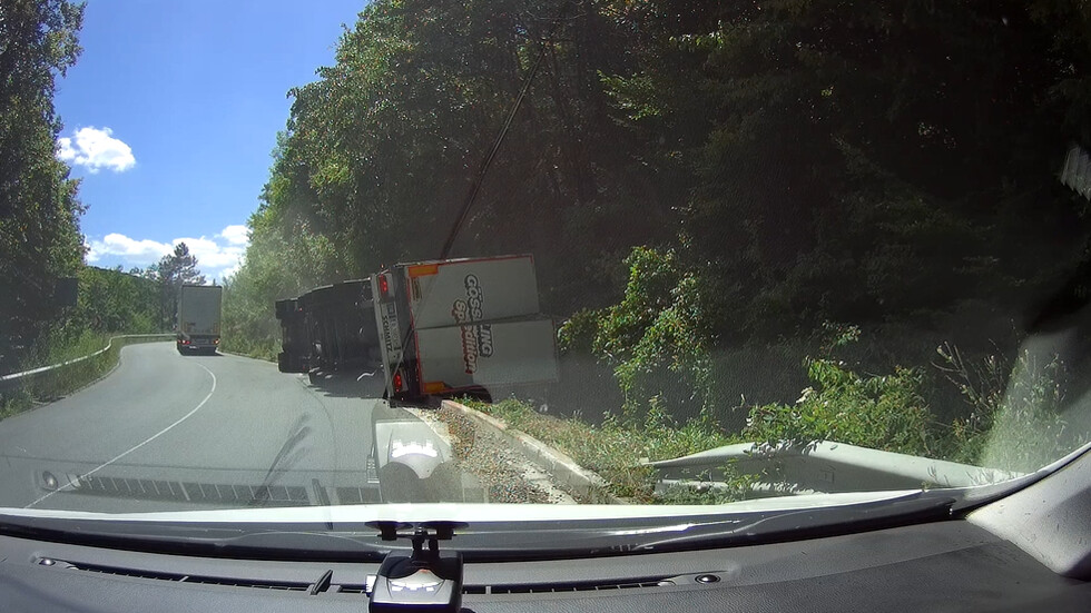 Преобърнат камион