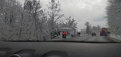 Обърнат автобус на пътя Велико Търново-Севлиево