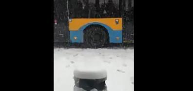 От падналия сняг сутринта затрудни шофьорите на градския транспорт в София за превозването на хората.
