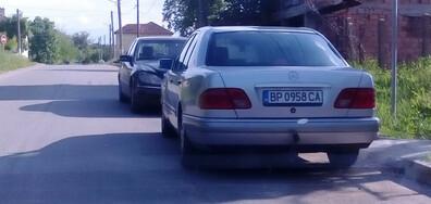 Опасно паркиране върху пътното платно