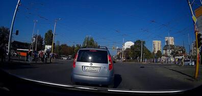 Автобус преминава на червен светофар в насрещното