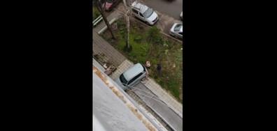 Кола се вряза в жилищен блок и повреди инвалидна рампа