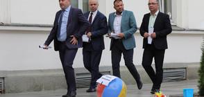 Майки изпратиха депутатите във ваканция с надуваеми пояси (ВИДЕО+СНИМКИ)