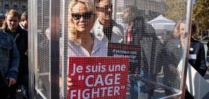 Памела Андерсън - в клетка на Площада на републиката (СНИМКИ)