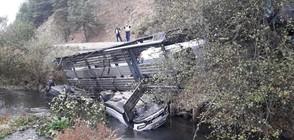 Автовоз се обърна в река край Разлог, разпиля леки коли (СНИМКИ)