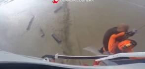 В КАПАНА НА ВОДАТА: Вижте как спасяват мъж от покрива на къща (ВИДЕО)