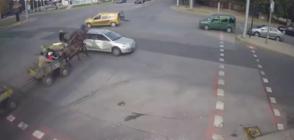 Вижте как каруци и кола се удариха на кръстовище в Хасково (ВИДЕО)