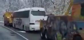 """Пътнически автобус пропадна в канавка до местността """"Кална кория"""" (ВИДЕО)"""