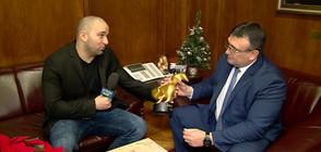 """Боби Ваклинов връчи """"Златeн скункс"""" на министъра на вътрешните работи Младен Маринов"""