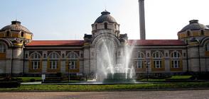 Флашмоб: Хора по халати срещу превръщането на Централната баня в София в склад
