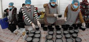 Омбудсманът и златните момичета дариха топла храна на бедни хора