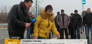 """""""ПЪЛЕН АБСУРД"""": Автобуси подминават село заради завой"""