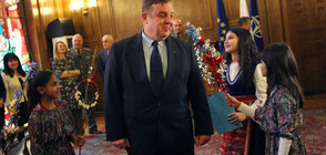 Ученици от ромски произход сурвакаха Каракачанов (СНИМКИ)