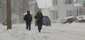 Десетки хиляди домакинства са без ток заради зимната буря в САЩ