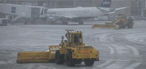 900 полета отменени в Чикаго заради снега