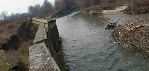 Придошла река заплашва да залее обработваема земя край Катуница