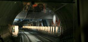 Монтират обезопасителни врати на две метростанции (ВИДЕО+СНИМКИ)