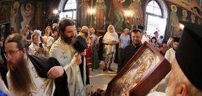 """Десетки посрещнаха чудотворната икона на """"Света Богородица"""" в София (ВИДЕО+СНИМКИ)"""