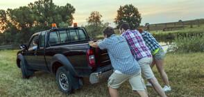 Момчета бутаха кола 9 км, за да помогнат на закъсала жена (СНИМКА)