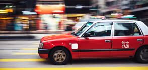 Китайски таксиджия догони и спря кола без шофьор (ВИДЕО)