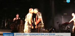 """Китаристите на """"Рамщайн"""" се целунаха на концерт в Москва (ВИДЕО)"""