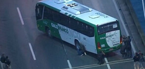Заложническа драма в Рио: Мъж отвлече 18 души в автобус (ВИДЕО)