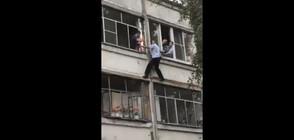 Полицай рискува живота си, за да спаси бебе от пияния му баща (ВИДЕО)*