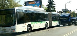 Камион се удари в автобус на градския транспорт в София (СНИМКИ)
