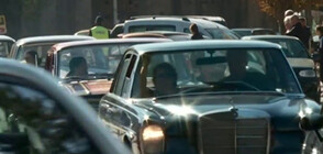 """Зрелищен автопарад с ретроколи край пещерата """"Божиите очи"""" (ВИДЕО)"""