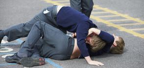 АГРЕСИЯ: Момче преби друго дете, приятелите им снимали с телефоните си