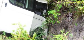 Микробус удари кон и падна от мост, седем души са пострадали (ВИДЕО)