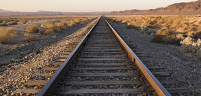 Бърз влак прегази легнал на релсите мъж