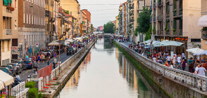 Хиляди банкноти се понесоха по канал в Милано (СНИМКА)
